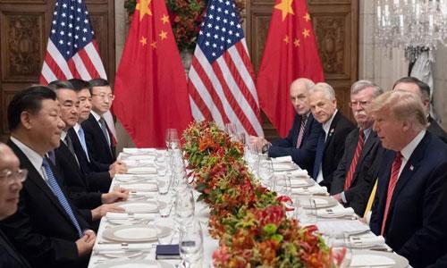 Phái đoàn Trung Quốc (trái) và phái đoàn Mỹ gặp nhau bên lề hội nghị G20 ở Argentina. Ảnh: AFP.