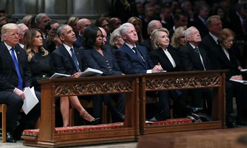 4 đời tổng thống Mỹ và phu nhân tại quốc tang của cố tổng thống Bush. Từ trái sang: Vợ chồng Trump, vợ chồng Obama, vợ chồng Clinton và vợ chồng Carter. Ảnh: Reuters