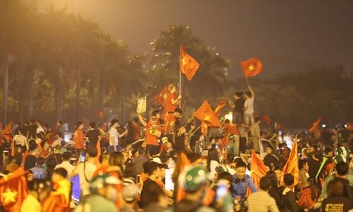 Người hâm mộ vỡ oà hạnh phúc khi Việt Nam vào chung kết AFF Cup