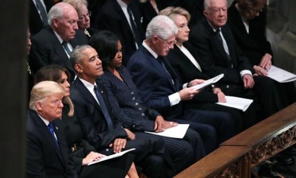 (Từ trái sang)Vợ chồng Trump, Obama,Clinton và Jimmy Carter ngồi cùng hàng ghế. Ảnh: AFP.