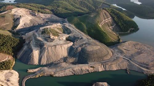 Hơn 30ha rừng bị cạo trọc để khai thác than trái phép. Ảnh: Minh Cương