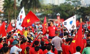 Cổ động viên Việt Nam nhuộm đỏ sân Mỹ Đình