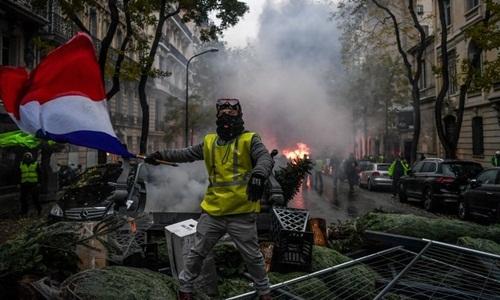 Một người biểu tình trong phong trào áo vàng ở Paris. Ảnh: AFP.