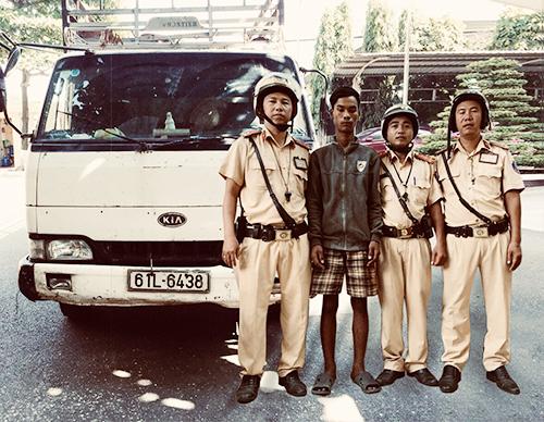 Tổ CSGT bắt nghi can trộm xe. Ảnh: Công an cung cấp.