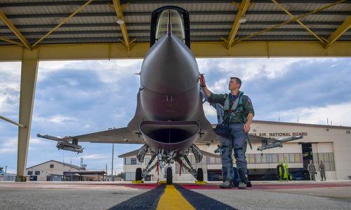 Morgan bên cạnh một chiếc F-16 tại căn cứ Andrews hồi tháng 6/2018. Ảnh: USAF.