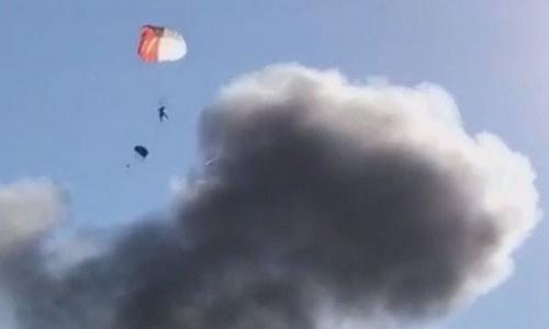 Morgan bung dù sau khi thoát khỏi chiếc F-16 gặp nạn. Ảnh: Washington Post.