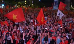 Hai khoảnh khắc 'bùng cháy' cảm xúc của cổ động viên Việt Nam