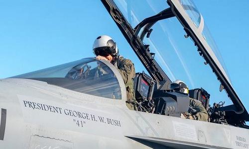 Chiếc F/A-18F được sơn tên của vợ chồng cố tổng thống Bush. Ảnh: US Navy.