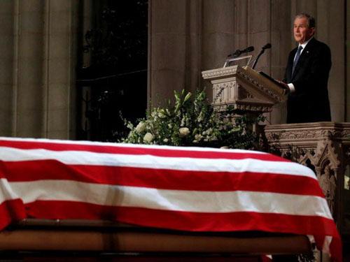 Linh cữu cố tổng thống Bush được đặt tại Nhà thờ Quốc gia Washington trong quốc tang hôm 5/12. Ảnh: AP.