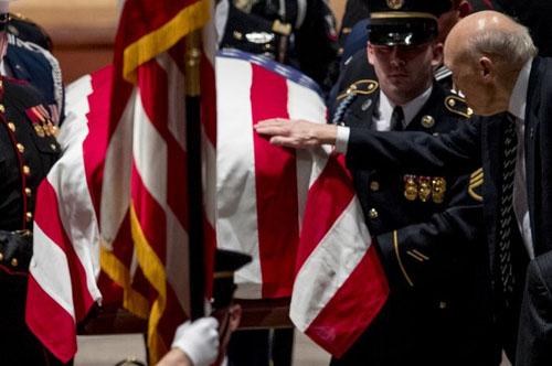 Cựu thượng nghị sĩ Alan Simpson chạm tay lên linh cữu. Ảnh: AFP.