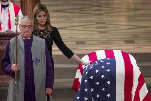 Jenna Bush đặt tay lên linh cữu ông. Ảnh: AFP.