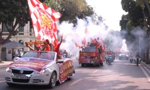Cổ động viên khuấy động đường phố trước trận Việt Nam - Philippines