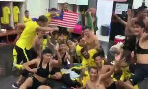 Cầu thủ Malaysia hò reo trong phòng thay đồ
