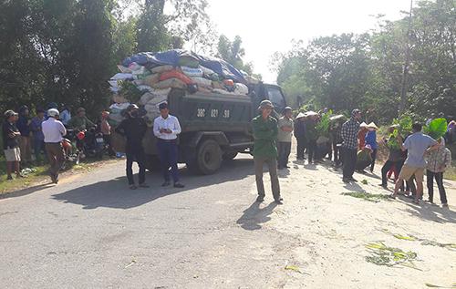 Người dân chặn xe chở rác vào bãi rác Phượng Thành sáng 5/12. Ảnh: Đ.H