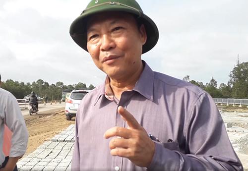 Ông Đỗ Xuân Diện đi kiểm tra sửa chữa tuyến đường ven biển bị ổ gà, ổ voi hồi tháng 1/2018. Ảnh: Đắc Thành.