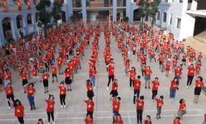 500 thầy trò ở Hà Nội nhảy tiếp sức cho tuyển Việt Nam