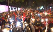 Phố phường Hà Nội, Sài Gòn tràn ngập cổ động viên mừng chiến thắng