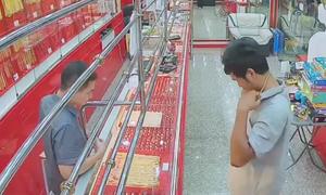 Chủ tiệm vàng nhanh tay khóa cửa khiến tên cướp 'thua cuộc'