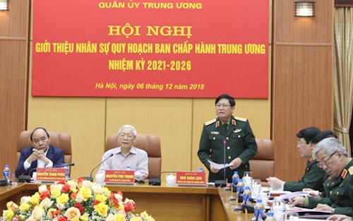 Đại tướng Ngô Xuân Lịch, Bộ trưởng Quốc phòng (đứng) báo cáokết quả các bước trong quy trình phát hiện, giới thiệu nhân sự quân đội ngày 6/12. Ảnh: Nguyễn Bằng