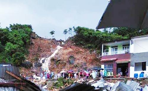 Hồ Hồ nước trên núi vỡ kéo theo đất đá đổ xuống khu dân cư sáng