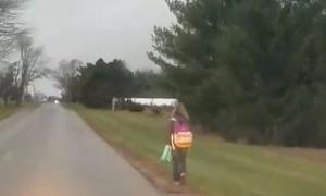 Ông bố Mỹ gây tranh cãi khi phạt con gái đi bộ 8 km tới trường