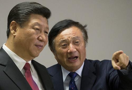 Nhậm Chính Phi giới thiệu chi nhánh Huawei tại London, Anh với Chủ tịch Tập Cận Bình năm 2014. Ảnh: Sina.