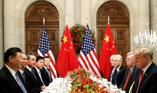 Phái đoàn Trung Quốc (trái) gặp phái đoàn Mỹ bên lề hội nghị G20 hôm 1/12. Ảnh: Reuters.