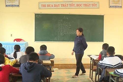 Cô giáo Nguyễn Thị Phương Thủy (Quảng Bình) đứng lớp dạy học sinh ngày 24/11. Ảnh: Hoàng Táo.