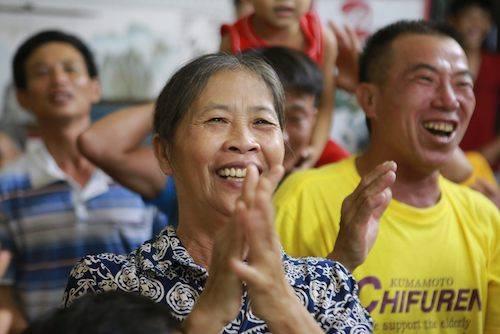 Bà Hoa trong lần cổ vũ con trai tại nhà ở giải U23 châu Á đầu năm 2018.
