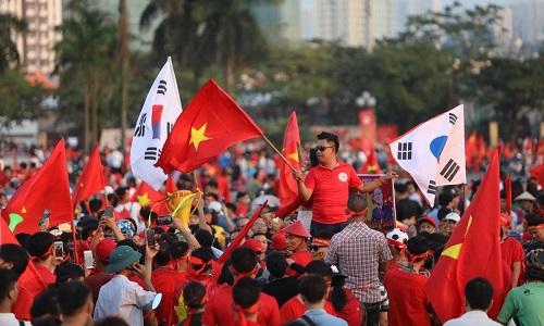 Người dân Việt Nam ăn mừng sau chiến thắng trước Philippines. Ảnh: Ngọc Thành.