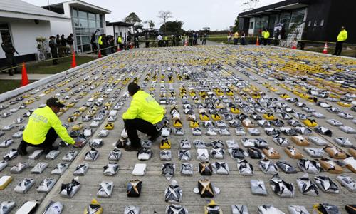 Cảnh sát Colombia đếm số tang vật ma túy thu giữ tại sở cảnh sát ở Necocli hồi tháng 2/2015. Ảnh: Reuters.