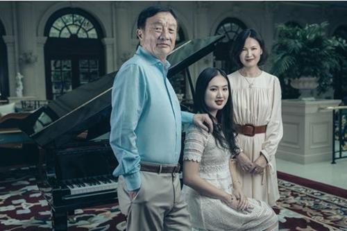 Nhậm Chính Phi chụp ảnh cùng con gái Annabel Yao (giữa) cho tạp chi Pháp. Ảnh: Paris Match.