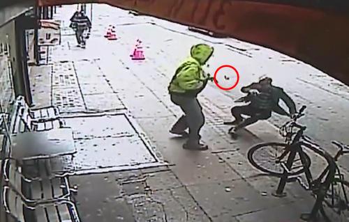 Một vật rơi ra từ trên người nạn nhân khi bị xô ngã.