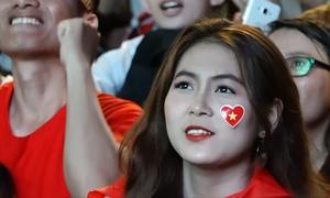 Những cô gái xinh đẹp đam mê bóng đá