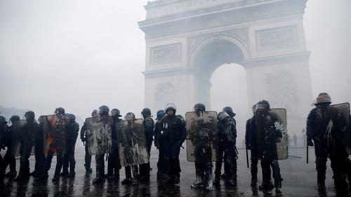 Cảnh sát chống bạo động Pháp tại Khải Hoàn Môn, Paris hôm 2/12. Ảnh: Reuters.