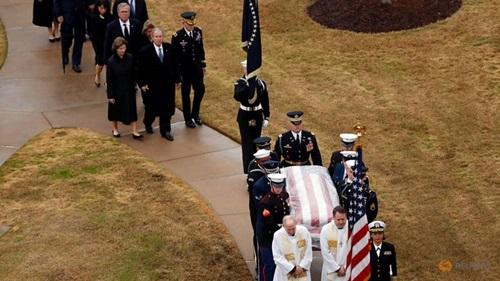 Lính danh dự đưa linh cữu phủ quốc kỳ của cố tổng thống Bush đến nơi an táng. Ảnh: Reuters.