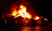 Con gái tưới xăng, ép mẹ già cùng tự thiêu trong căn nhà rực lửa