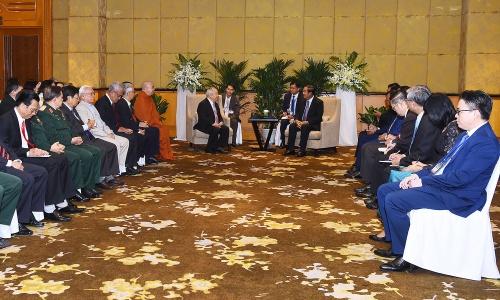 Thủ tướng Campuchia Hun Sen, người ngồi ở giữa bên phải, gặp gỡ Hội hữu nghị Việt Nam Campuchia và các cựu quân tình nguyện ngày 7/12 tại Hà Nội. Ảnh: Giang Huy.