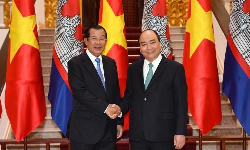 Thủ tướng Campuchia Hun Sen, trái, và Thủ tướng Việt Nam Nguyễn Xuân Phúc trong cuộc gặp sáng nay tại Hà Nội. Ảnh: Chinhphu.vn