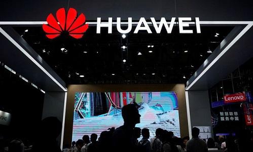 Các du khách đi qua gian hàng của Huawei tại Barcelone, Tây Ban Nha . Ảnh: Reuters.