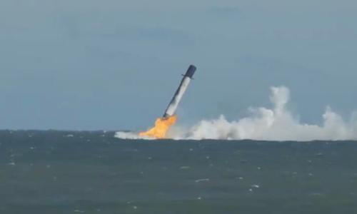 Tầng thứ nhất của tên lửa Falcon 9 đáp xuống mặt biển. Ảnh: Newatlas.