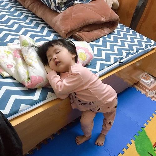 Dáng ngủ bá đạo của bé yêu.