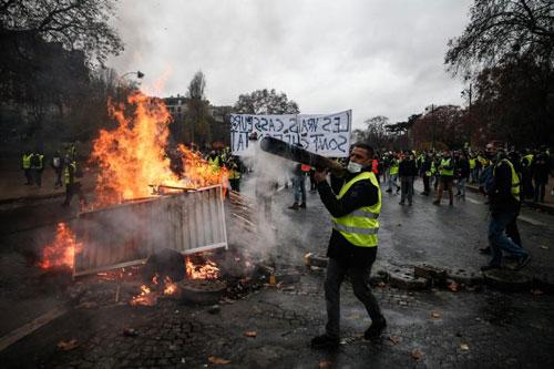 Người biểu tình phe áo vàng tại Paris hôm 1/12. Ảnh: AFP.