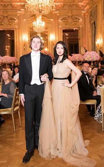 Annabel Yao và bạn nhảy trong dạ vũ Le Bal des Debutantes ngày 24/11. Ảnh: Le Bal.