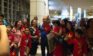 Người hâm mộ chào đón tuyển Việt Nam tại Malaysia