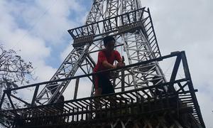 Người dân Nghệ An dựng mô hình tháp Eiffel bằng tre
