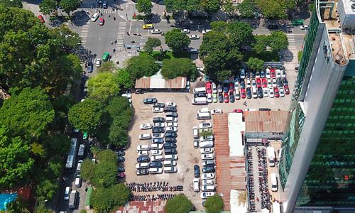 Lô đất đã được giao để triển khai tự dự án từ nhiều năm nay nhưng hiện vẫn là bãi đỗ xe. Ảnh: Như Quỳnh.