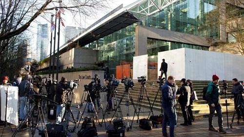 Phóng viên tập trung bên ngoài Tòa án tối cao British Columbia hôm 7/12. Ảnh: Reuters.