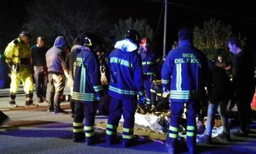 Lực lượng cứu hộ chăm sóc người bị thương bên ngoài câu lạc bộ. Ảnh: Twitter.