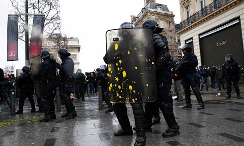 Cảnh sát chống bạo động Pháp. Ảnh: Sky News.